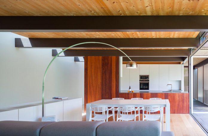 open-air-house-establishes-relationship-surroundings-courtyard-13
