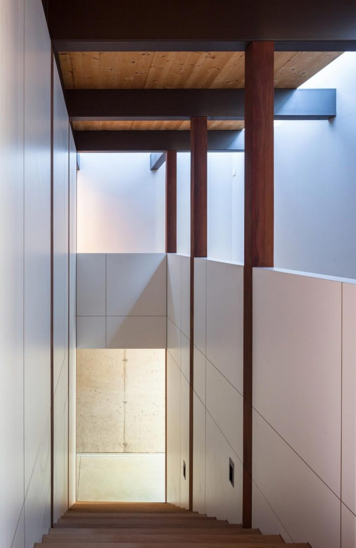 open-air-house-establishes-relationship-surroundings-courtyard-14