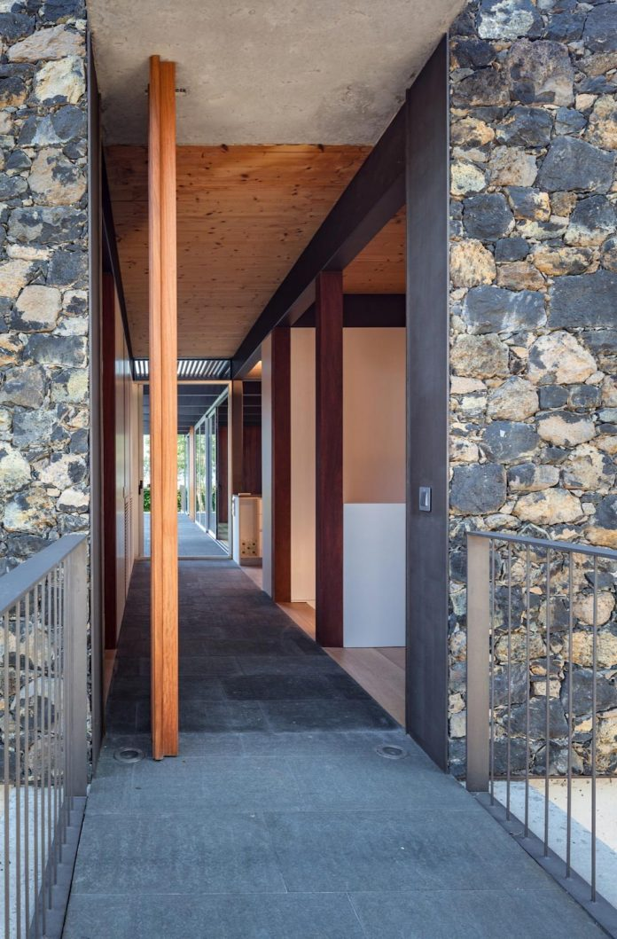 open-air-house-establishes-relationship-surroundings-courtyard-15