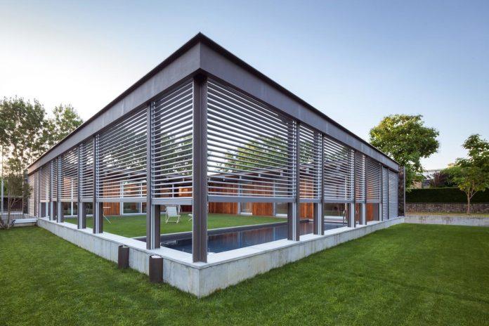 open-air-house-establishes-relationship-surroundings-courtyard-17