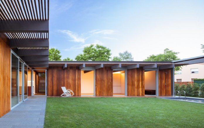 open-air-house-establishes-relationship-surroundings-courtyard-18