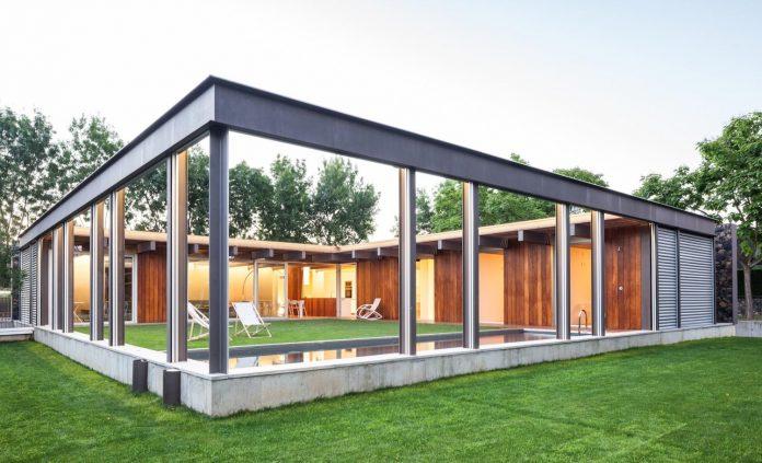 open-air-house-establishes-relationship-surroundings-courtyard-22
