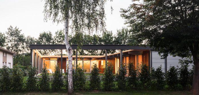 open-air-house-establishes-relationship-surroundings-courtyard-23