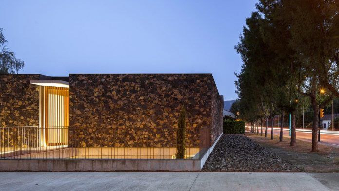open-air-house-establishes-relationship-surroundings-courtyard-25
