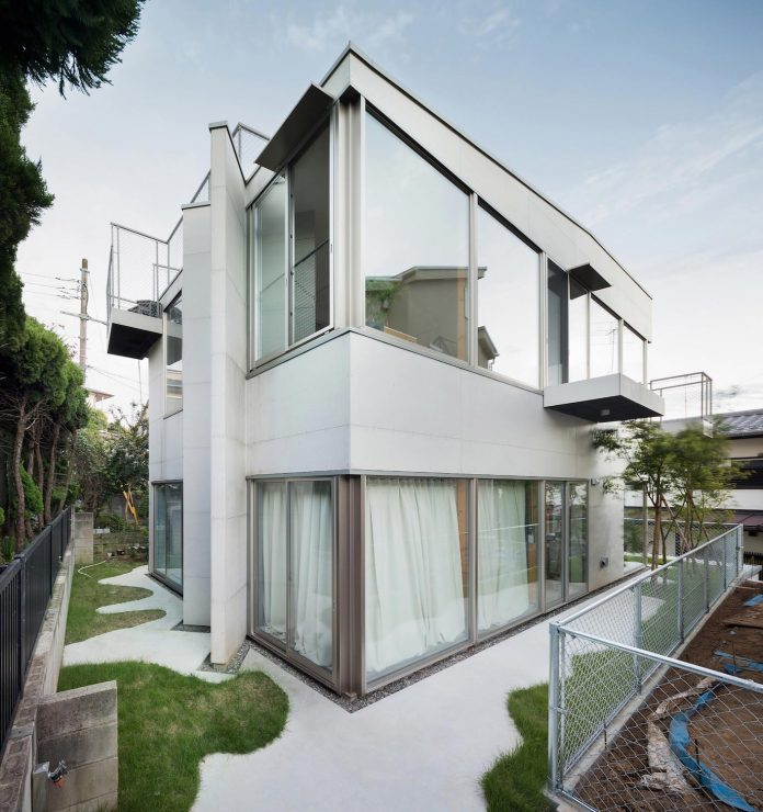 open-space-home-almost-no-privacy-situated-dense-neighbourhood-tokyo-02