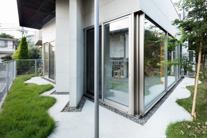 open-space-home-almost-no-privacy-situated-dense-neighbourhood-tokyo-03