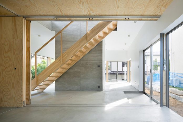open-space-home-almost-no-privacy-situated-dense-neighbourhood-tokyo-06