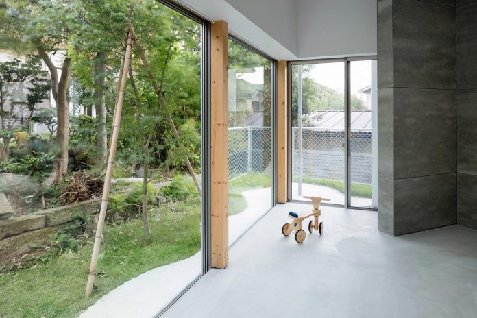 open-space-home-almost-no-privacy-situated-dense-neighbourhood-tokyo-07