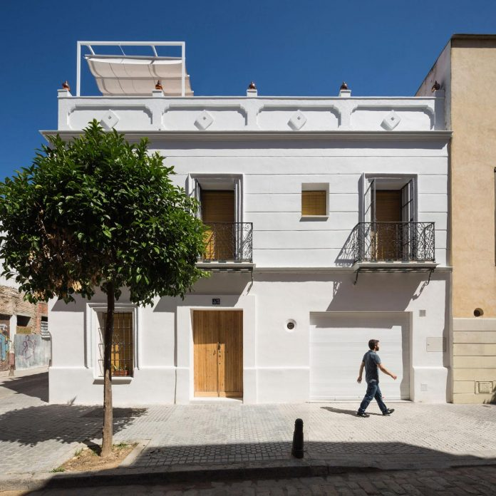 renovation-focuses-creating-modern-functional-house-old-city-center-seville-01