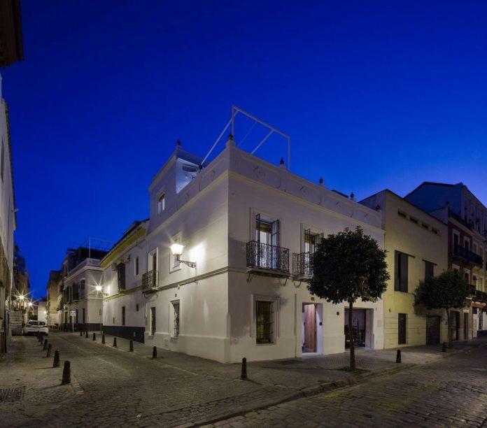 renovation-focuses-creating-modern-functional-house-old-city-center-seville-02