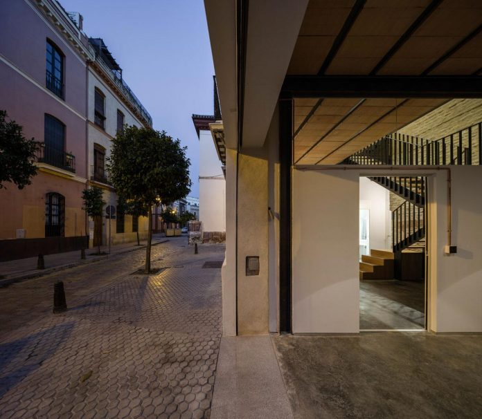 renovation-focuses-creating-modern-functional-house-old-city-center-seville-04