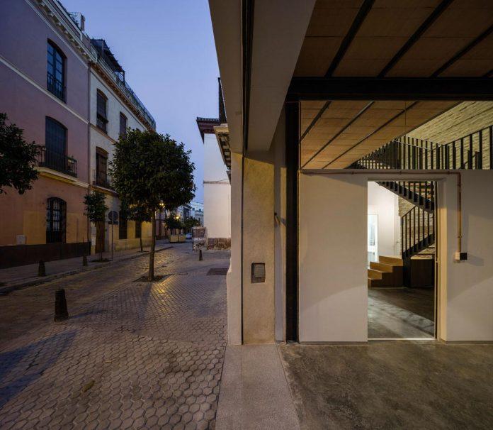 renovation-focuses-creating-modern-functional-house-old-city-center-seville-04