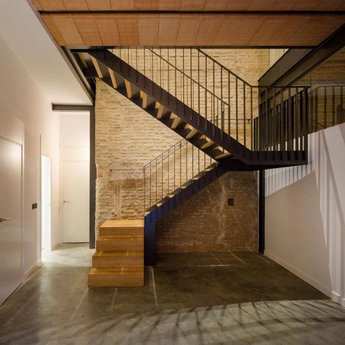 renovation-focuses-creating-modern-functional-house-old-city-center-seville-05