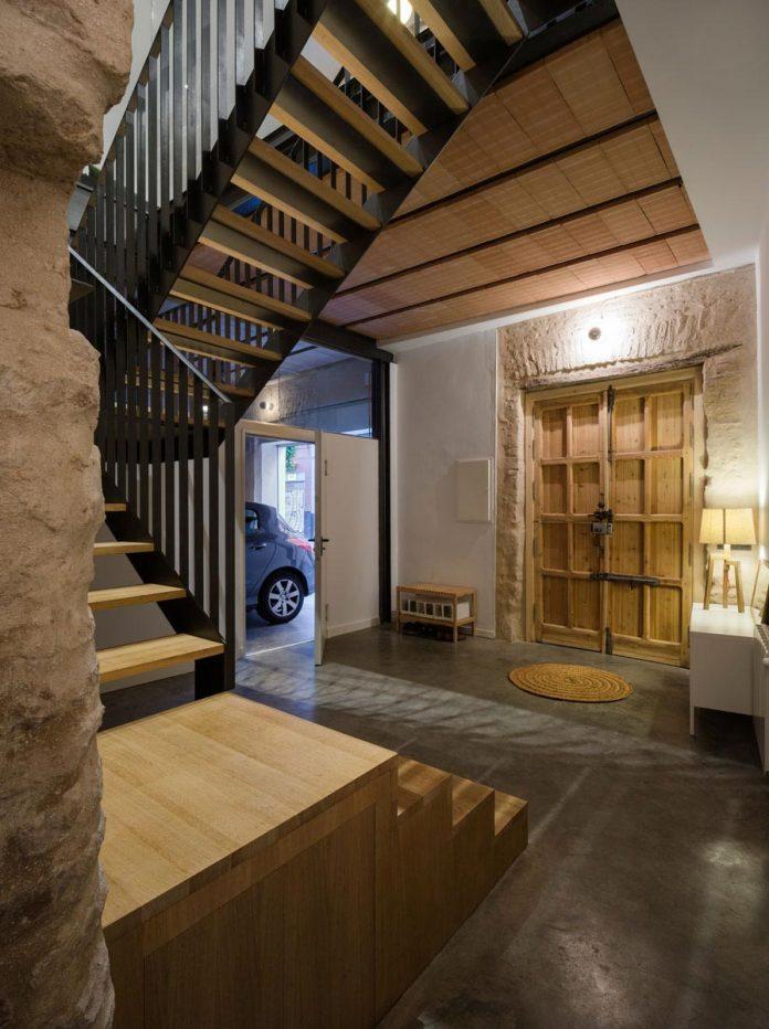 renovation-focuses-creating-modern-functional-house-old-city-center-seville-06