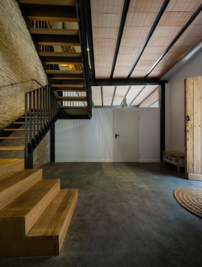 renovation-focuses-creating-modern-functional-house-old-city-center-seville-07
