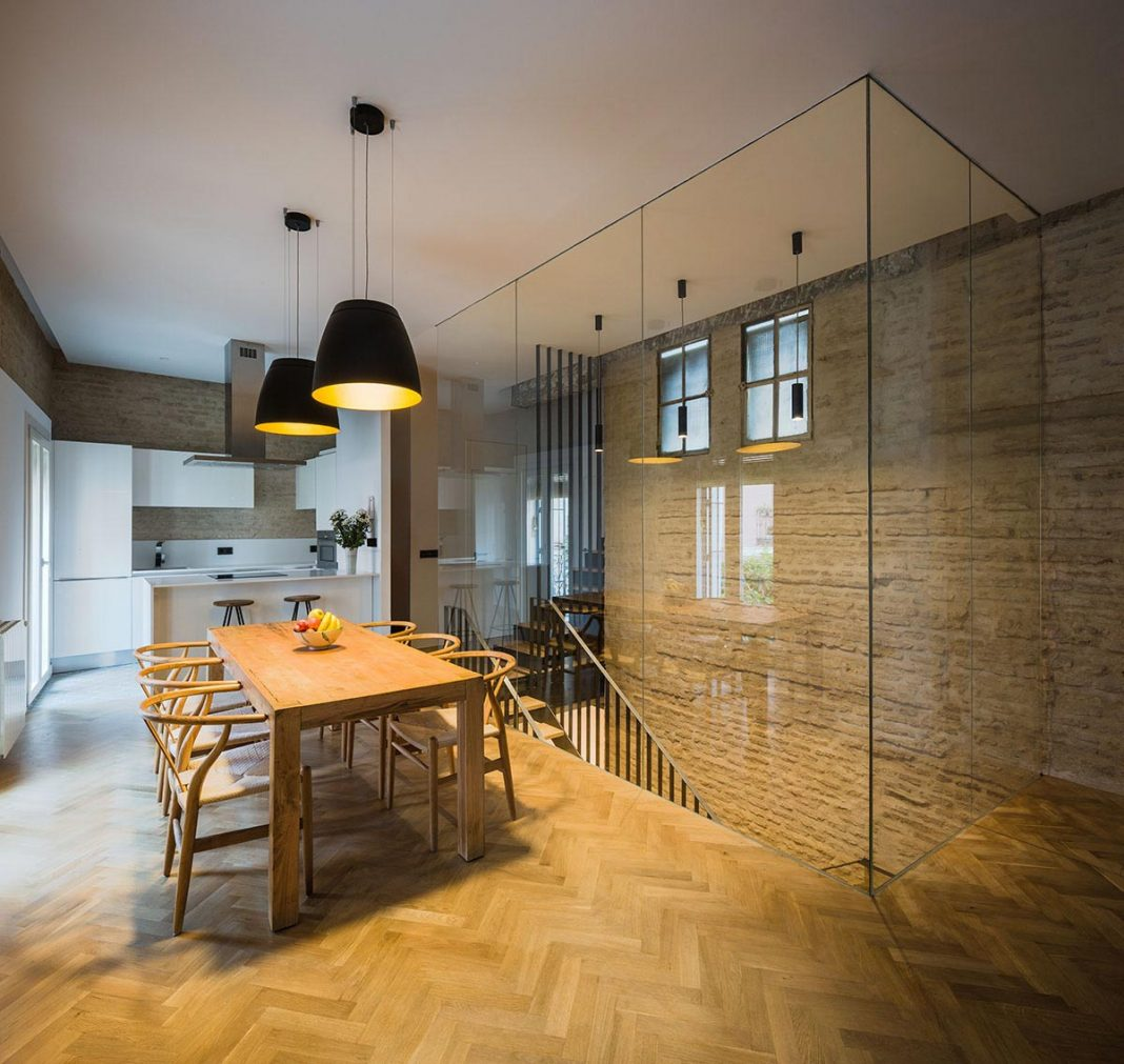 Renovation that focuses on creating a modern and functional house in the old city center of Seville