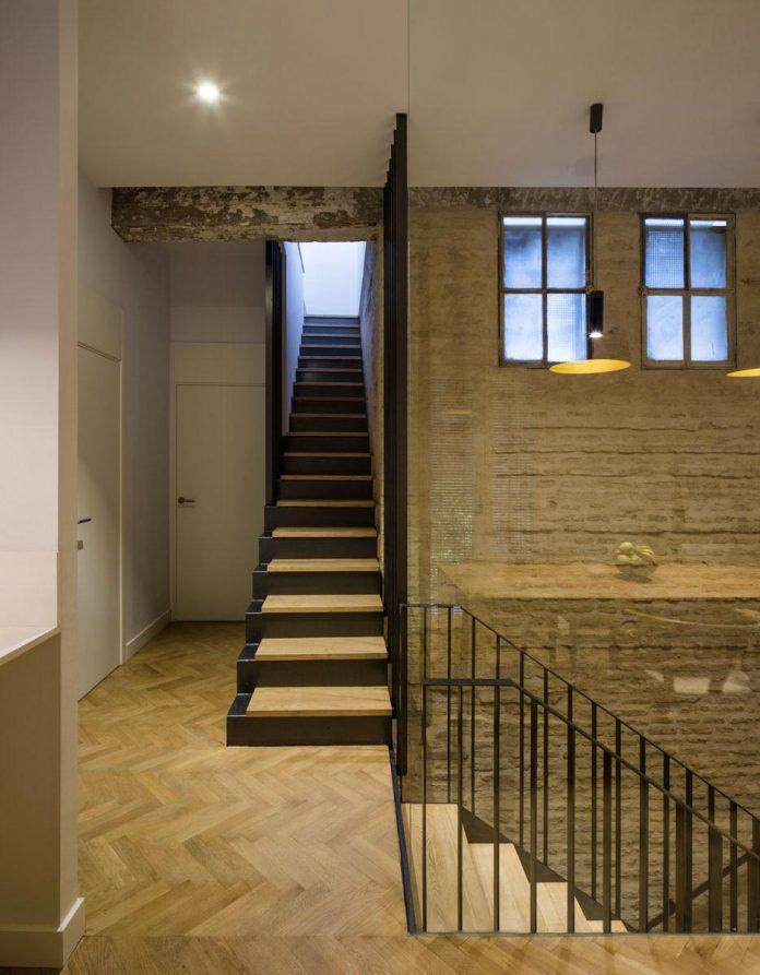 renovation-focuses-creating-modern-functional-house-old-city-center-seville-13