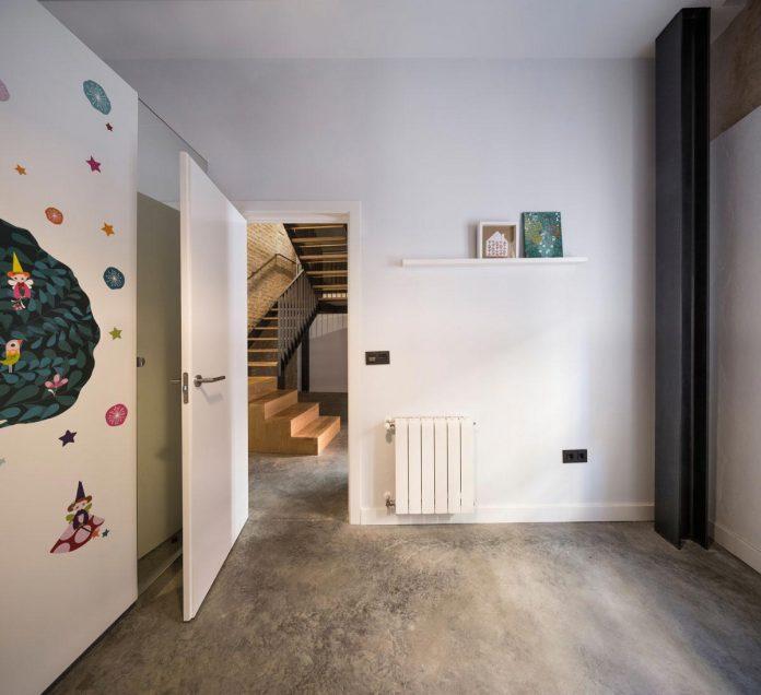 renovation-focuses-creating-modern-functional-house-old-city-center-seville-15