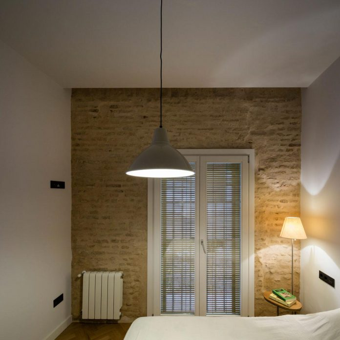 renovation-focuses-creating-modern-functional-house-old-city-center-seville-17