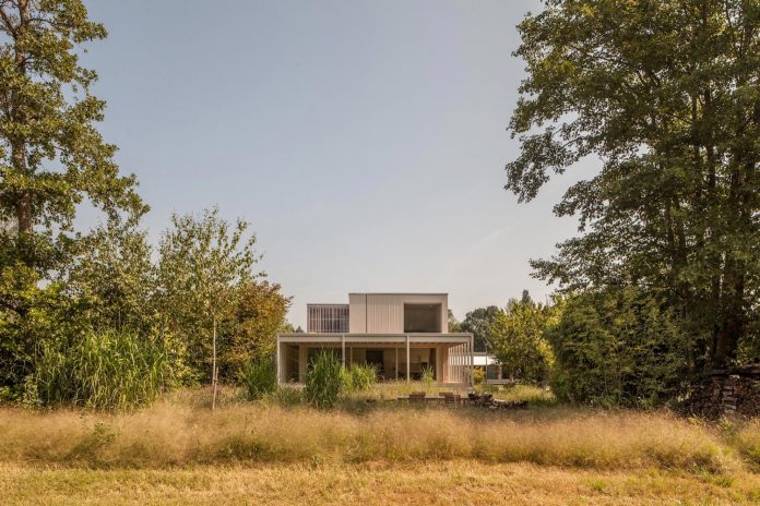 residence-keeps-strong-spatial-connection-surrounding-shore-zone-lake-biel-amidst-lush-vegetation-07