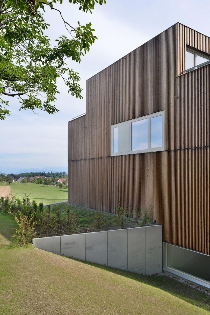 residential-unit-4-apartments-covered-charred-brushed-wooden-laths-05