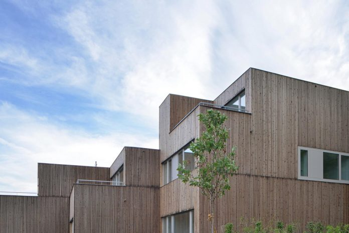 residential-unit-4-apartments-covered-charred-brushed-wooden-laths-14