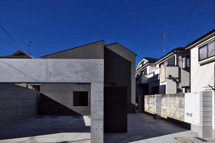 single-family-house-located-tokyo-built-severe-restrictions-space-land-height-01