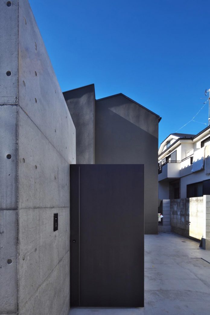 single-family-house-located-tokyo-built-severe-restrictions-space-land-height-05