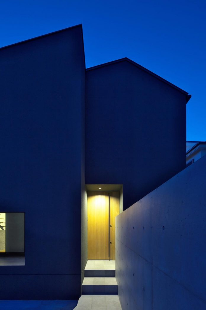 single-family-house-located-tokyo-built-severe-restrictions-space-land-height-25