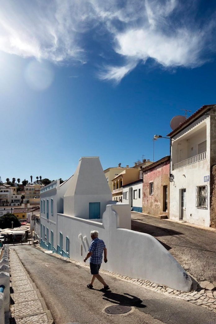 sothebys-real-estate-headquarters-carvoeiro-algarve-characterized-local-traditional-construction-technics-well-materials-02