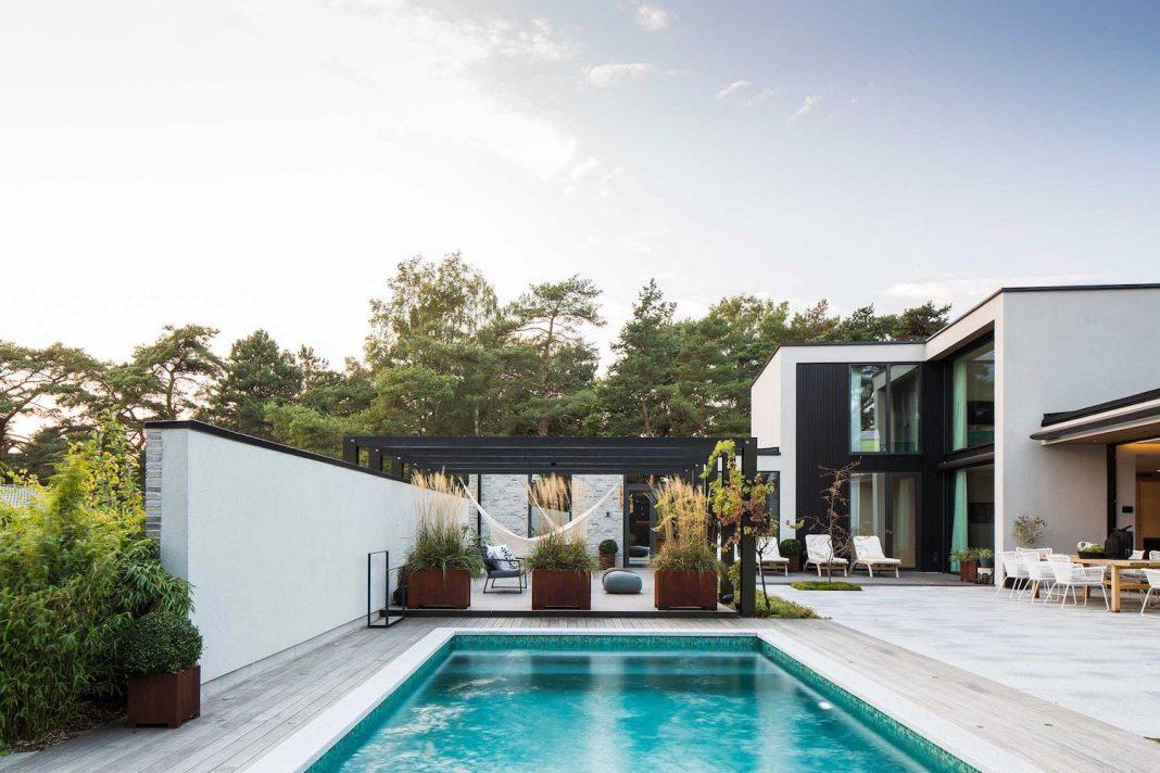 Stylish design of a generously sized residence located near Kämpinge