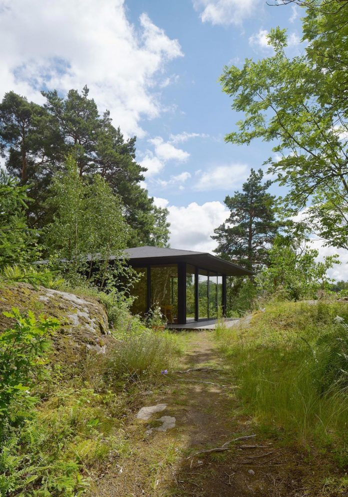 summerhouse-t-small-house-situated-lake-stockholm-archipelago-01