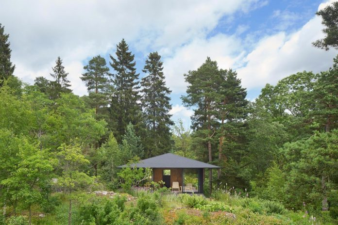summerhouse-t-small-house-situated-lake-stockholm-archipelago-03