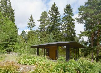 Summerhouse T: a small house situated by a lake in the Stockholm archipelago