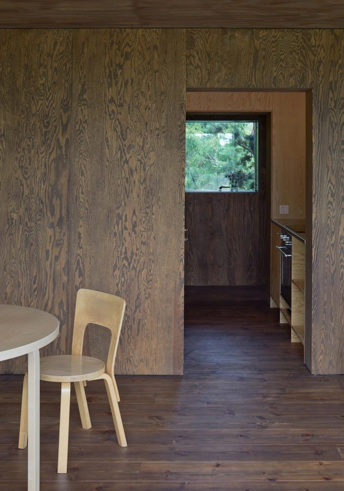 summerhouse-t-small-house-situated-lake-stockholm-archipelago-13