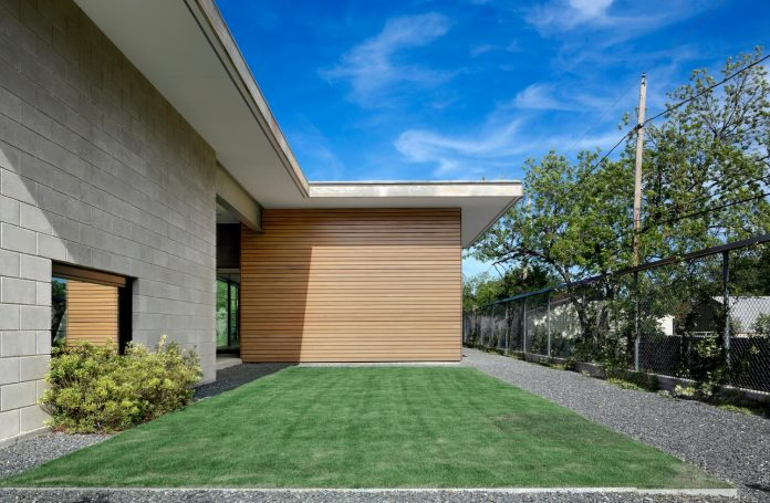 two-courtyards-open-sky-living-areas-open-private-garden-filled-sunlight-04