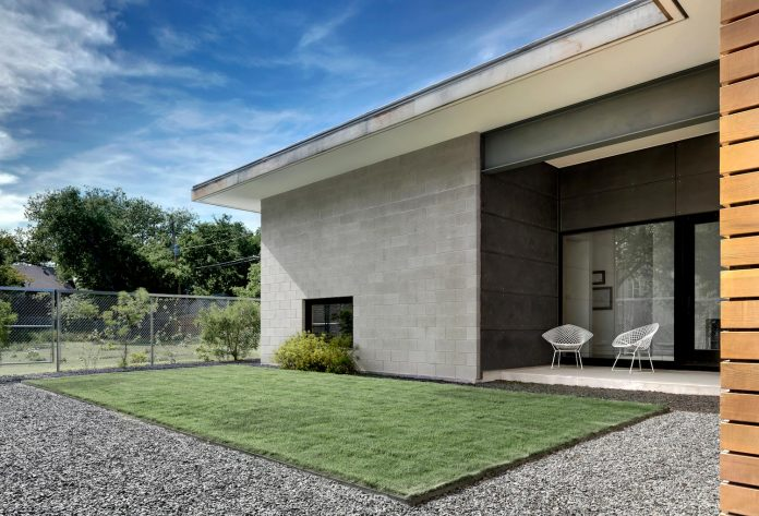 two-courtyards-open-sky-living-areas-open-private-garden-filled-sunlight-05