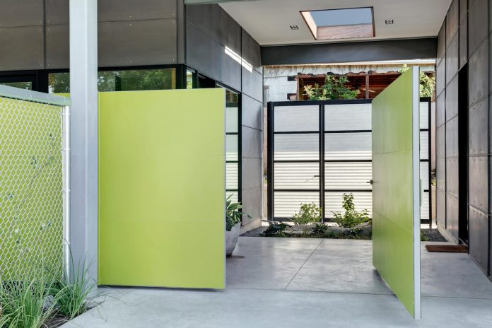 two-courtyards-open-sky-living-areas-open-private-garden-filled-sunlight-07