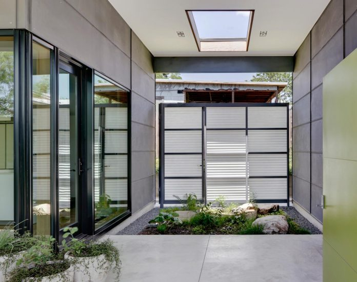 two-courtyards-open-sky-living-areas-open-private-garden-filled-sunlight-09