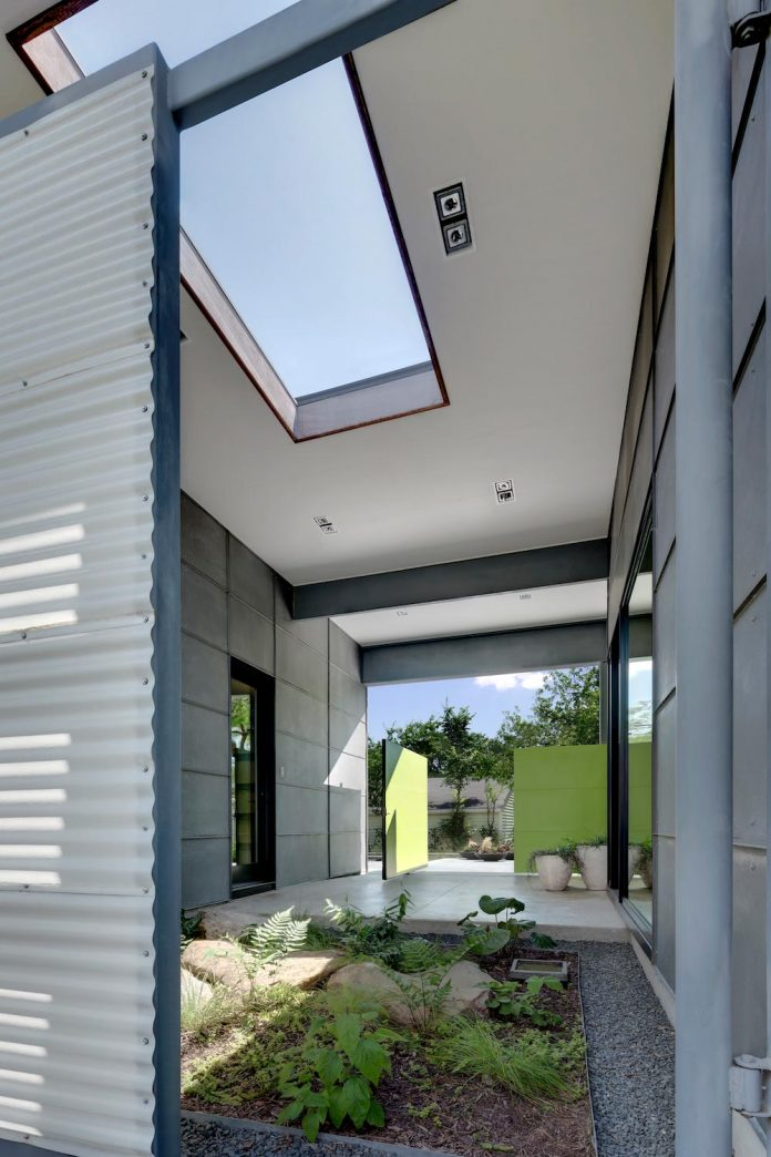 two-courtyards-open-sky-living-areas-open-private-garden-filled-sunlight-11