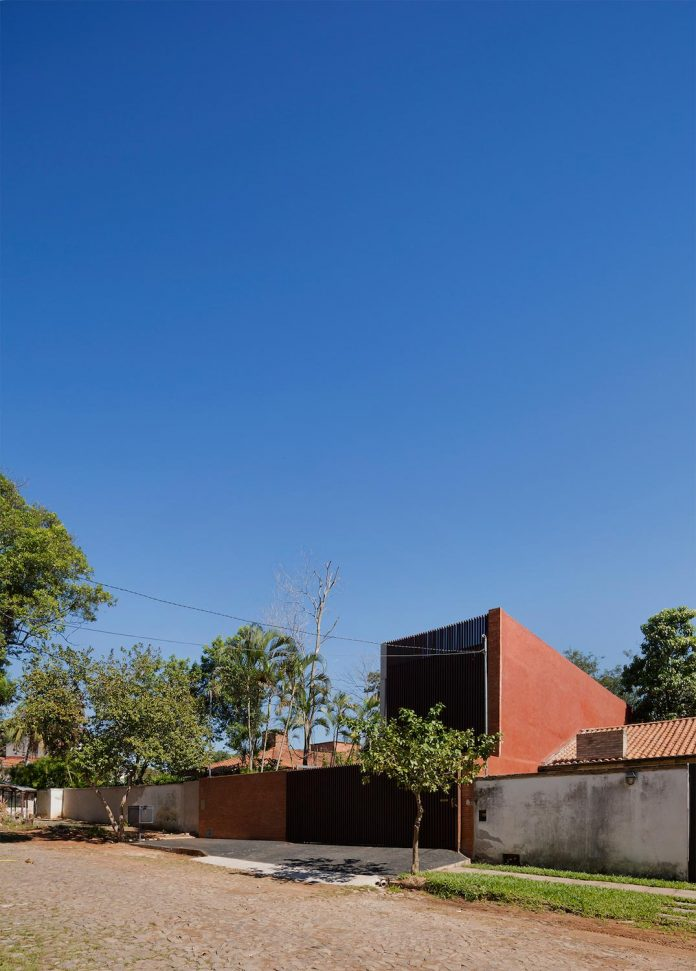 two-houses-several-generations-lambare-paraguay-01