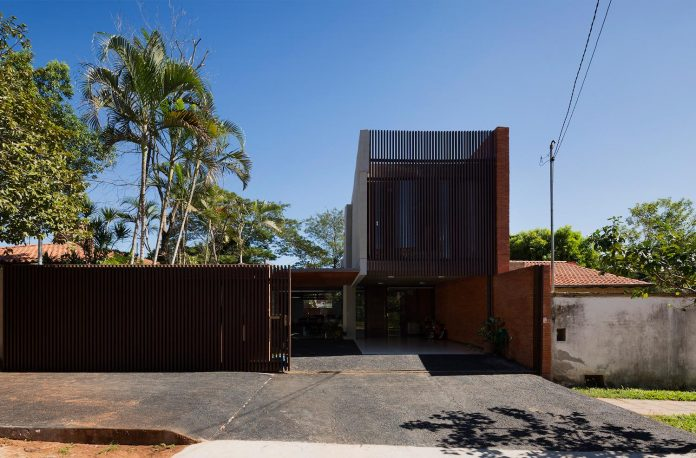 two-houses-several-generations-lambare-paraguay-03