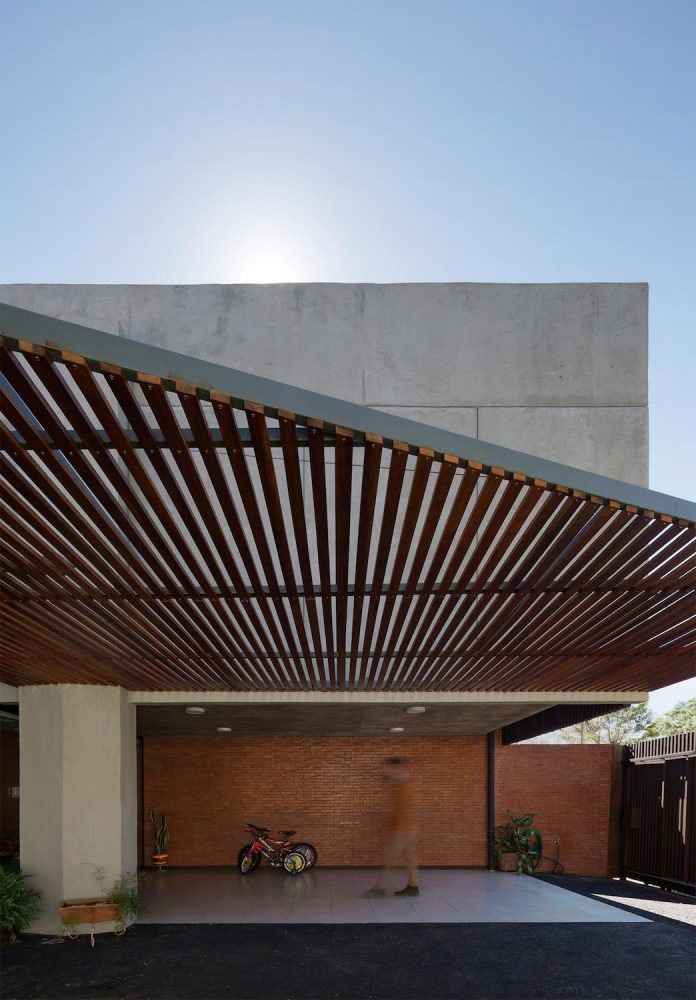 two-houses-several-generations-lambare-paraguay-05
