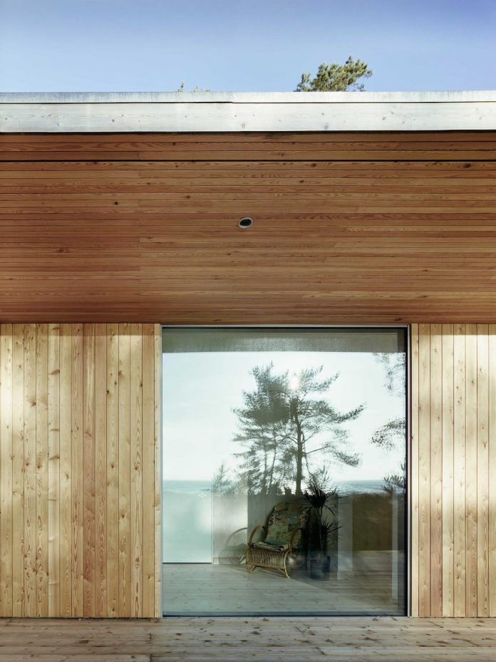 wood-glass-frame-summer-house-surrounded-woods-swedens-southern-coast-01