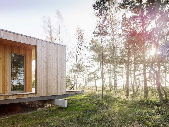 wood-glass-frame-summer-house-surrounded-woods-swedens-southern-coast-02