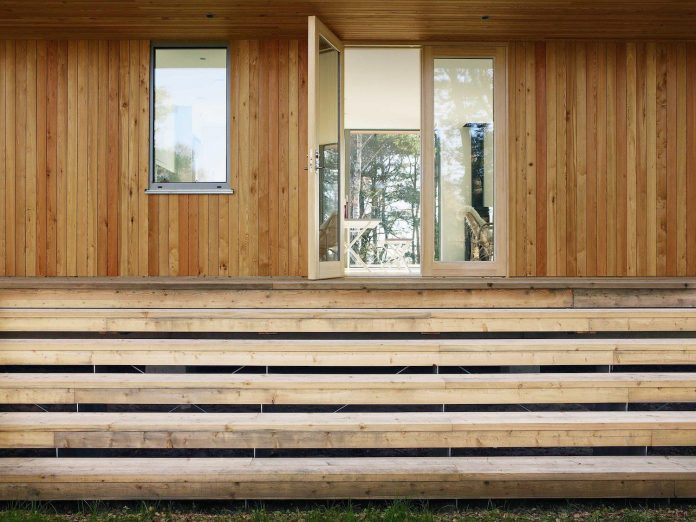 wood-glass-frame-summer-house-surrounded-woods-swedens-southern-coast-04