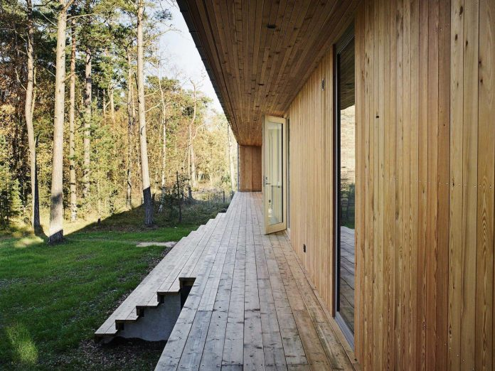 wood-glass-frame-summer-house-surrounded-woods-swedens-southern-coast-05