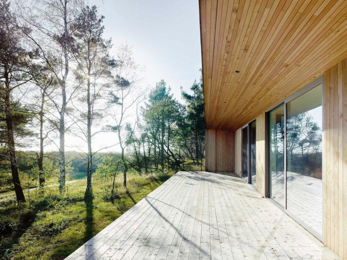 wood-glass-frame-summer-house-surrounded-woods-swedens-southern-coast-06