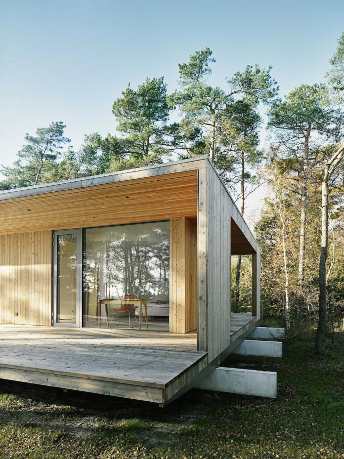 wood-glass-frame-summer-house-surrounded-woods-swedens-southern-coast-07