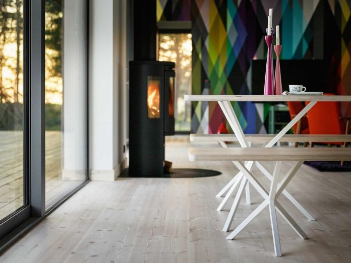 wood-glass-frame-summer-house-surrounded-woods-swedens-southern-coast-09